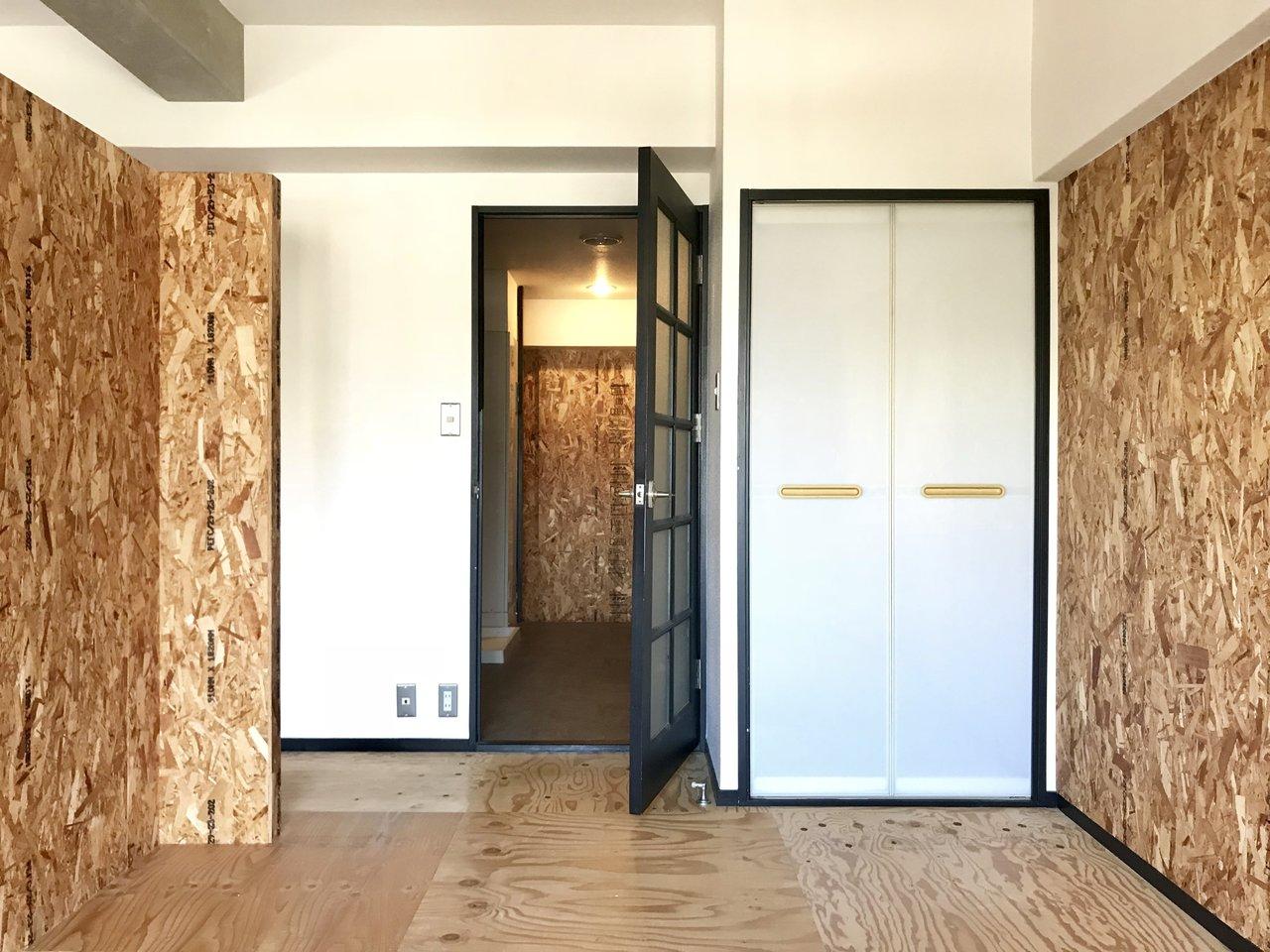 寝室側はこんな感じ。全面がこの壁なわけじゃなく、要所要所に用いられている感じが、おしゃれです。