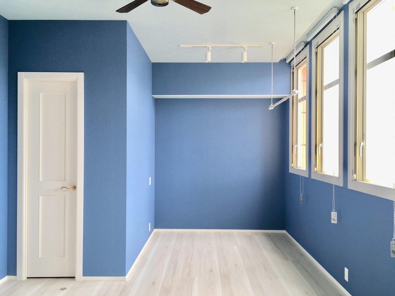 この5月にできたばかりの新築デザイナーズです。6タイプのお部屋から選ぶことができ、壁の色もそれぞれ違います。こちらは、大人なブルーが可愛いお部屋。