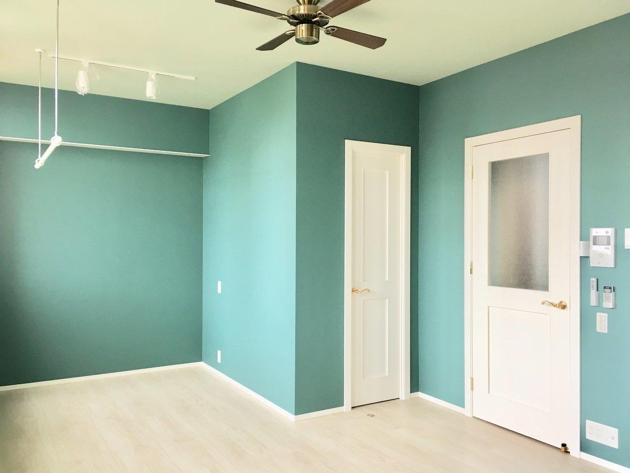 鮮やかなグリーンのお部屋も。建具は真っ白で、取っ手などのディテールも凝ってますね。