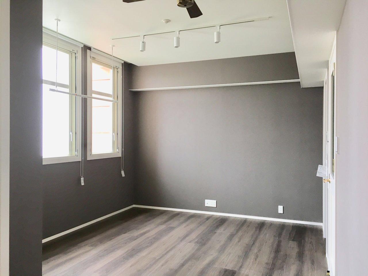 落ち着くグレーのお部屋もあります。床の色もコーディネートバッチリ。