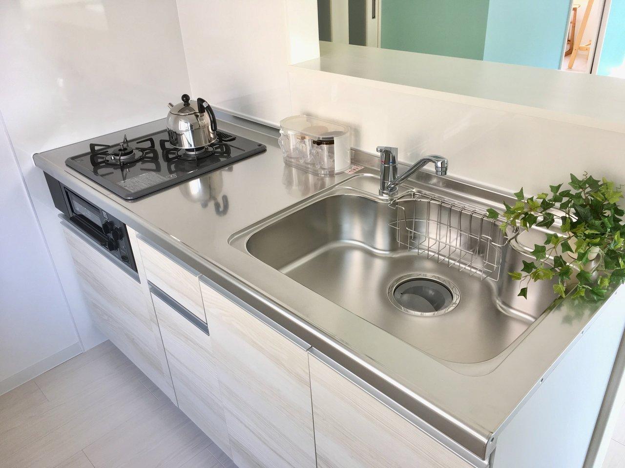 キッチンは対面式です。キッチン、お風呂、洗面所など、水回りは全て新品に交換されているので、安心して暮らせますよ。