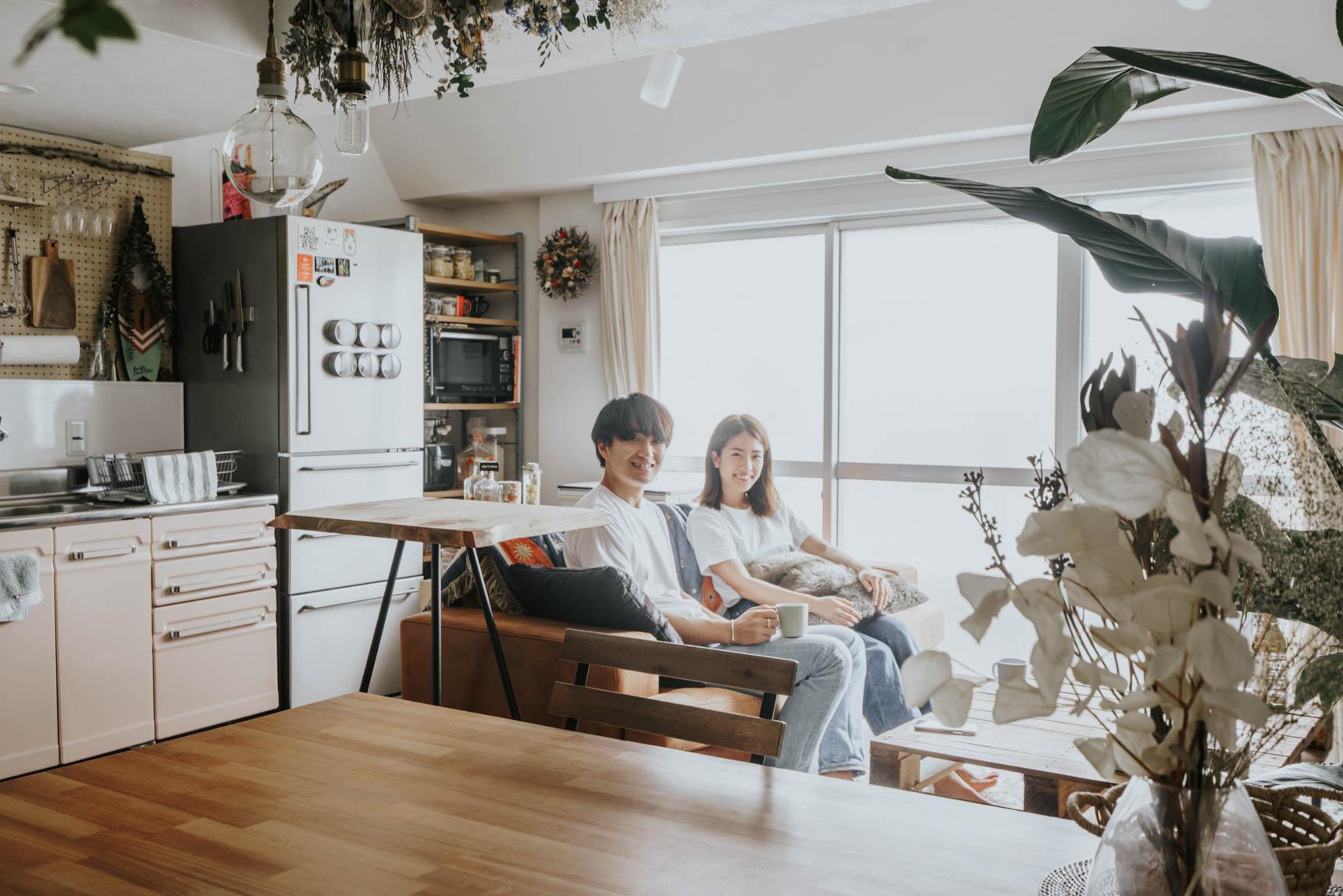 このお部屋に暮らすのは、慎之介さん(写真左)とあがささん(写真右)。Instagramでは エドワード・オークラというアカウント(@edward_okura)で、インテリアを中心に発信されています。
