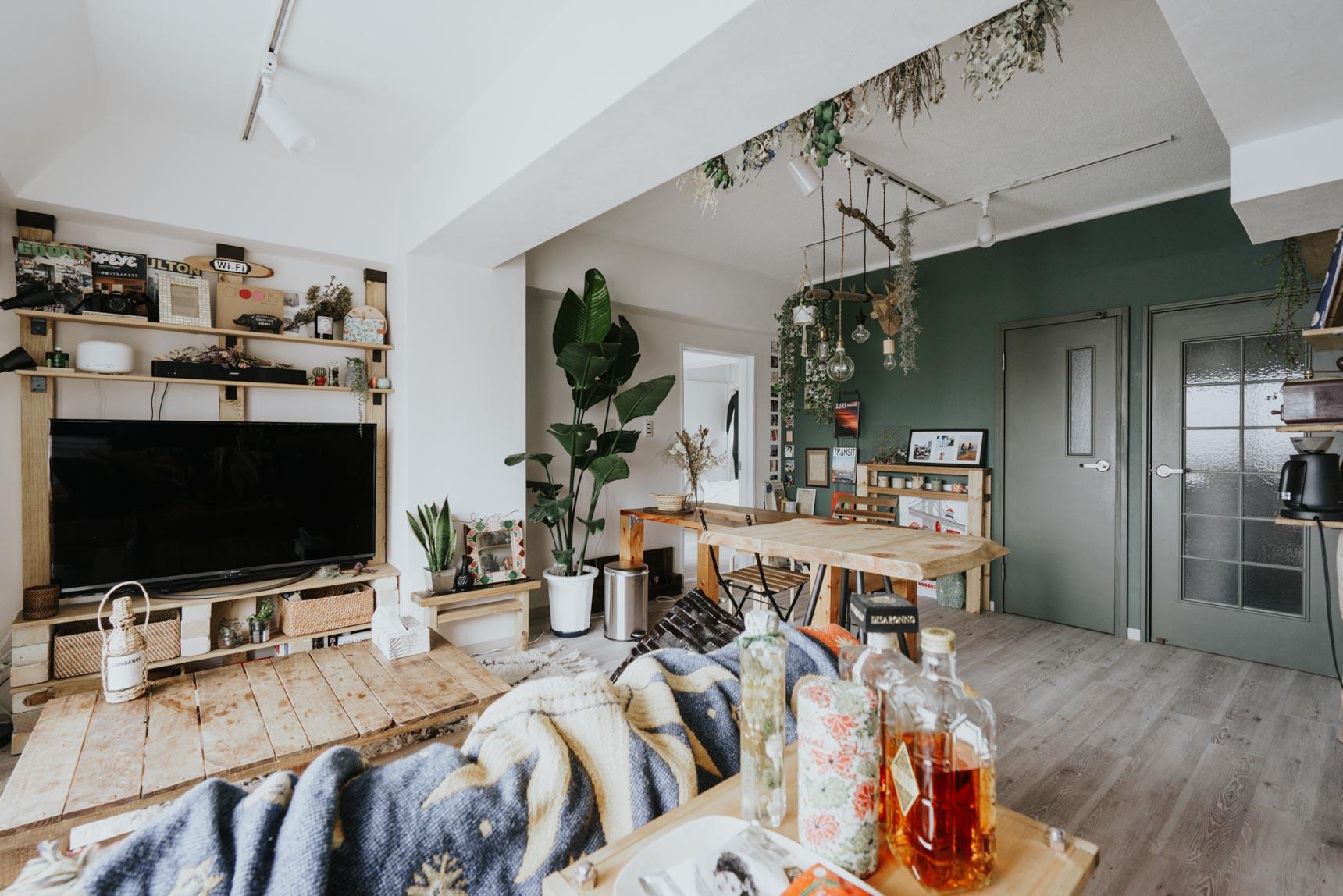 巧みに家具が配置されているのと、全体のバランスが取れているため、とても広々と感じる空間に。