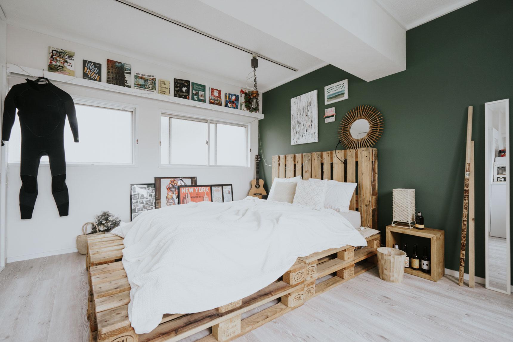 窓が多く明るいベッドルームも、同じグリーンの壁。その前にどん、と大きなベッドをおいて、海外のお部屋のような開放感がありますよね。