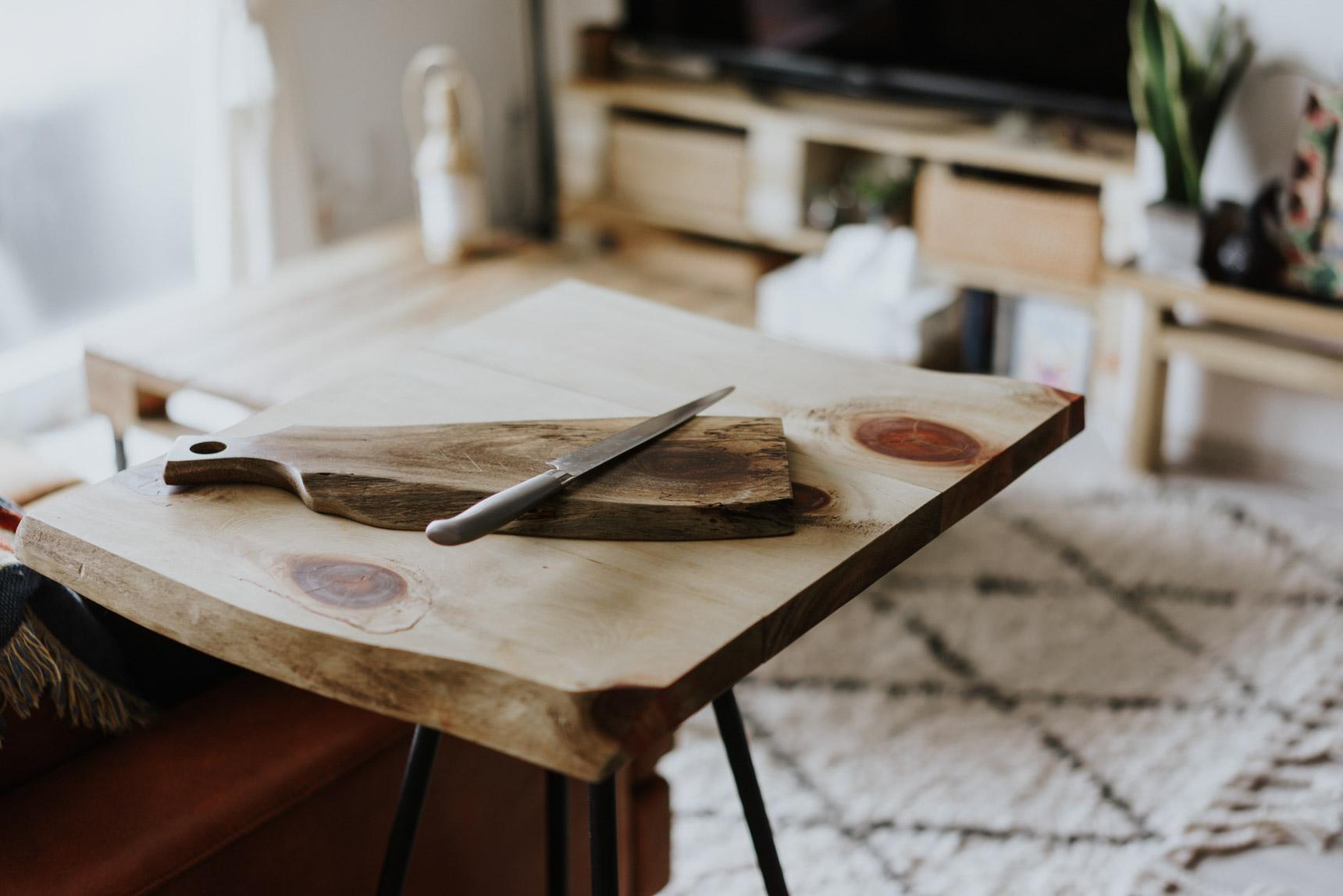 作業台テーブルは、脚だけを購入して天板は雰囲気に合うものを組み合わせました。