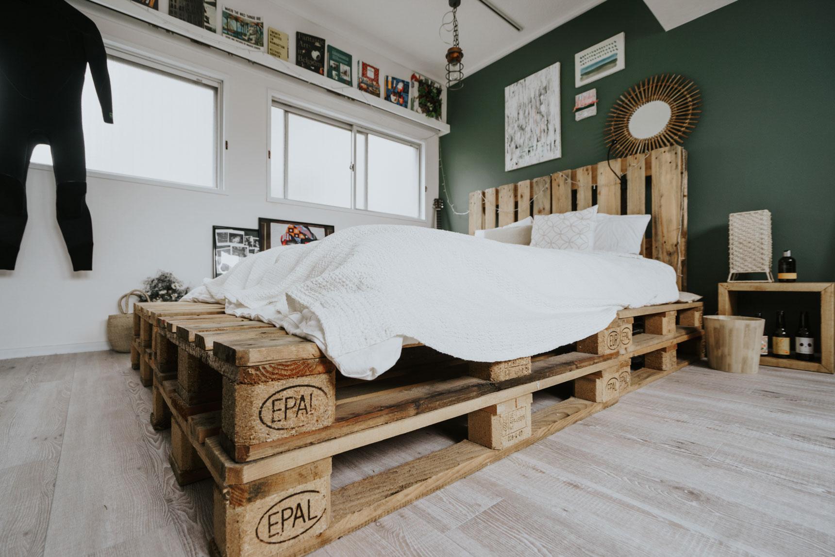 ベッドは、木製パレットを組み合わせたもの。