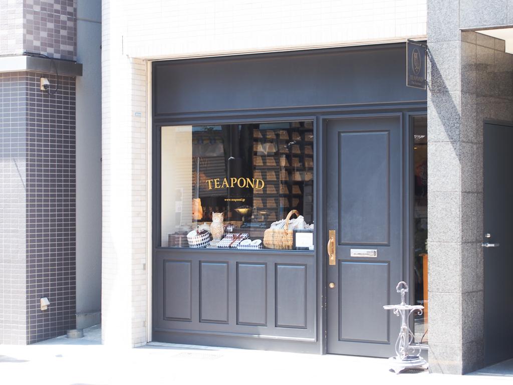 店内にはびっしりと紅茶の缶が積まれた紅茶の専門店「TEA POND」。プレゼントにもよさそう。