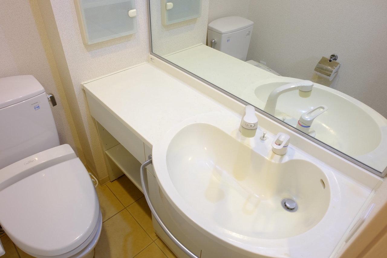 ウォシュレット付きのトイレにおしゃれな洗面台。