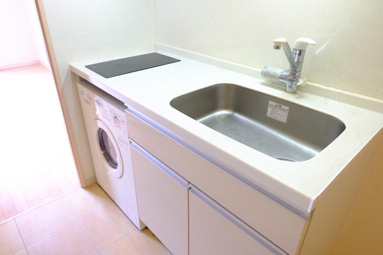 お部屋はコンパクトですが、水回りがかなり高スペック!キッチンは使いやすい大きめのシンクにIHが2口。洗濯機もついています。