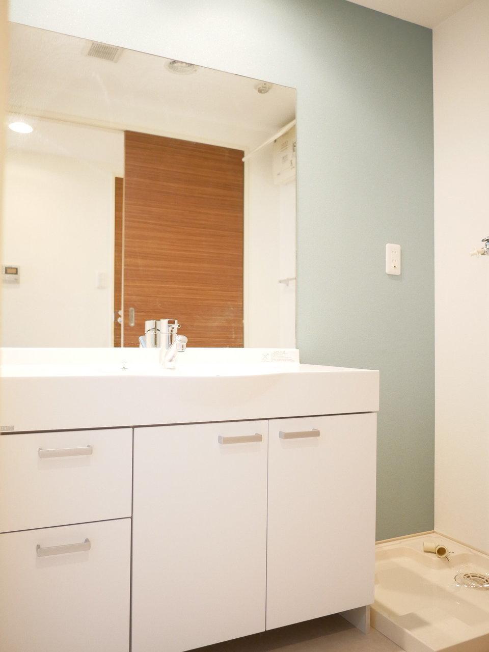 洗面台もゆったりしていておしゃれな水栓と洗面ボウル。朝の支度も快適なはずです。