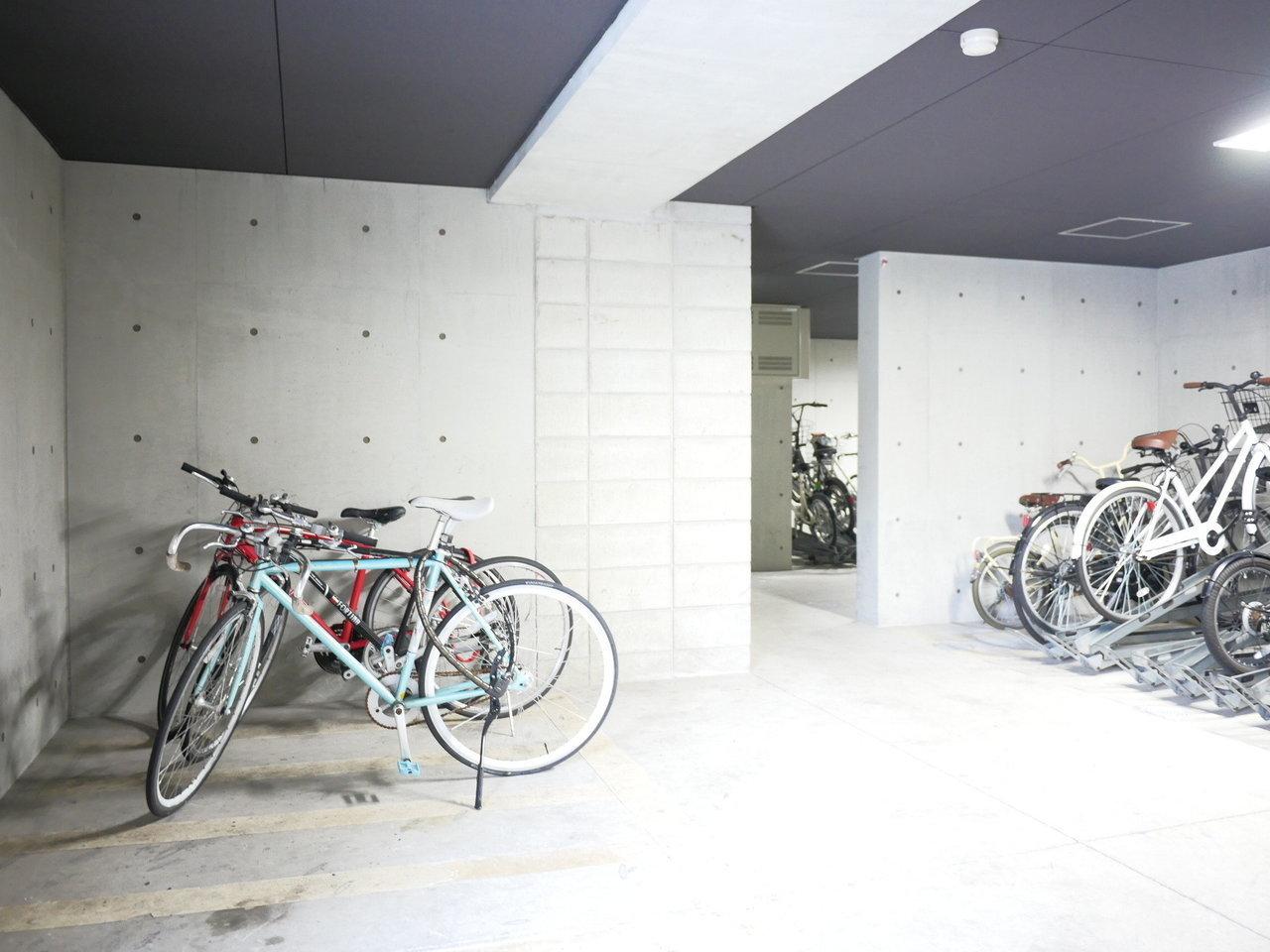 こちらのマンションは駐輪場も広いんです。お気に入りの自転車を雨ざらしにしなくて済みますよ。