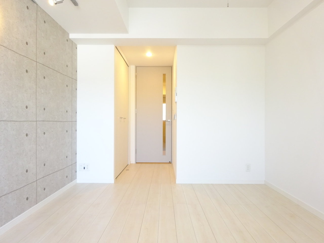 内装は白と淡いグレーでまとめられています。ポイントはコンクリ調の壁紙と無垢床!見た目はクールだけど木の温かさが感じられるので、ほっこり空間になりそう。