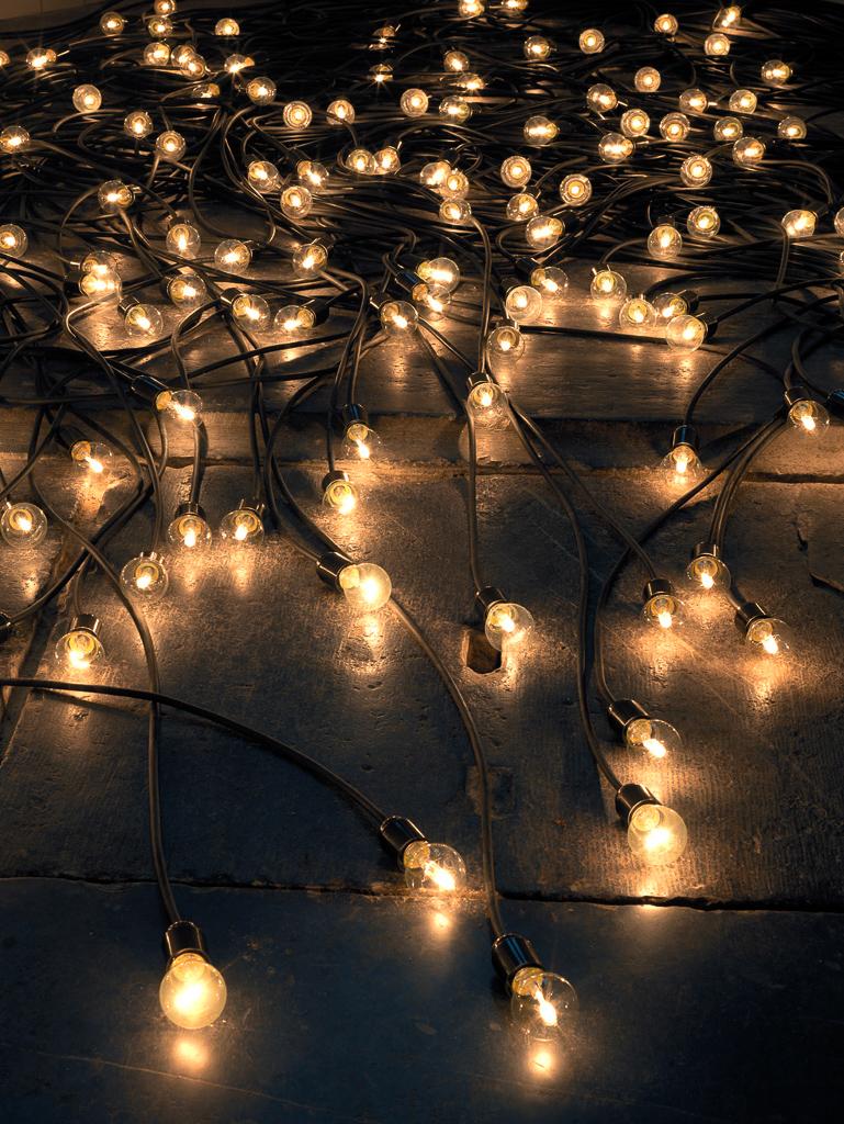 《黄昏》 2015 / ソケット、電球、電気コード / 作家蔵  © Christian Boltanski / ADAGP, Paris, 2019, © Oude Kerk, Amsterdam, Photo by Gert Jan Van Rooij