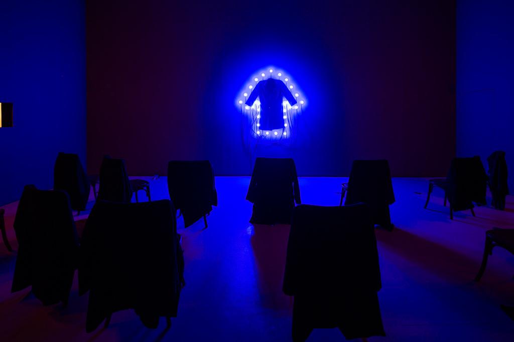 《コート》 2000 / コート、ソケット、電球 / 作家蔵  © Christian Boltanski / ADAGP, Paris, 2019, Courtesy Power Station of Art, Shanghai, Photo by Jiang Wenyi