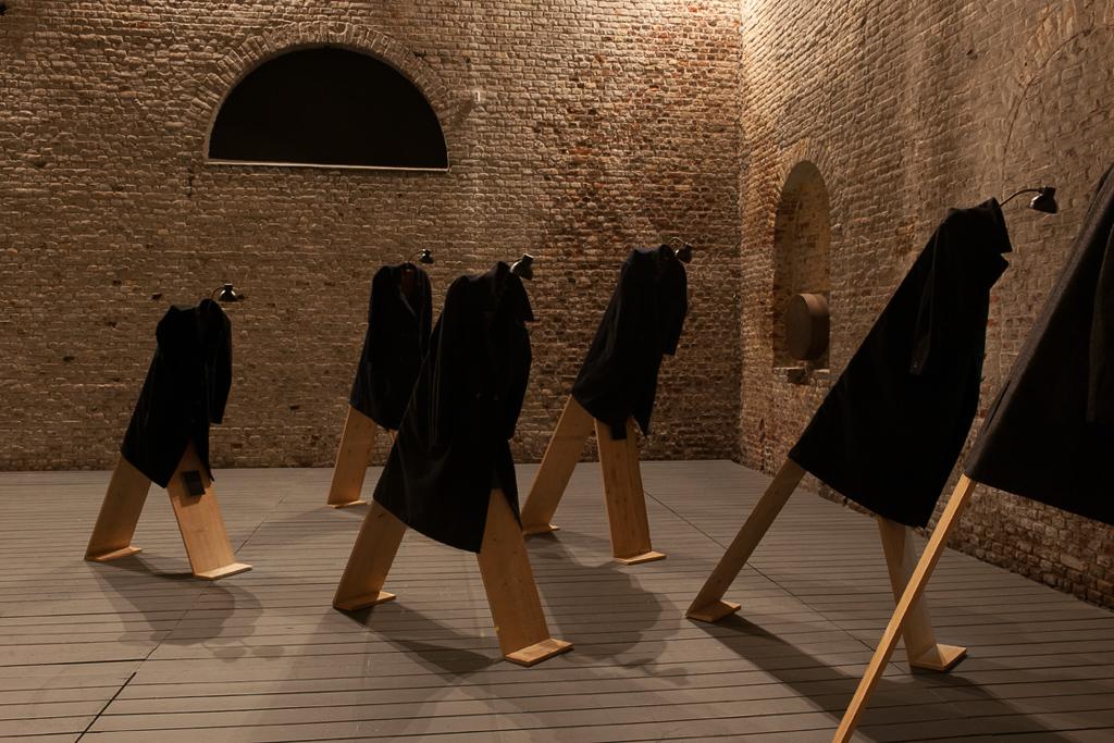 《発言する》2005 / 板、コート、ランプ、サウンドボックス / 作家蔵  © Christian Boltanski / ADAGP, Paris, 2019, © MACs_Grand Hornu, Belgique, Photo by Philippe De Gobert