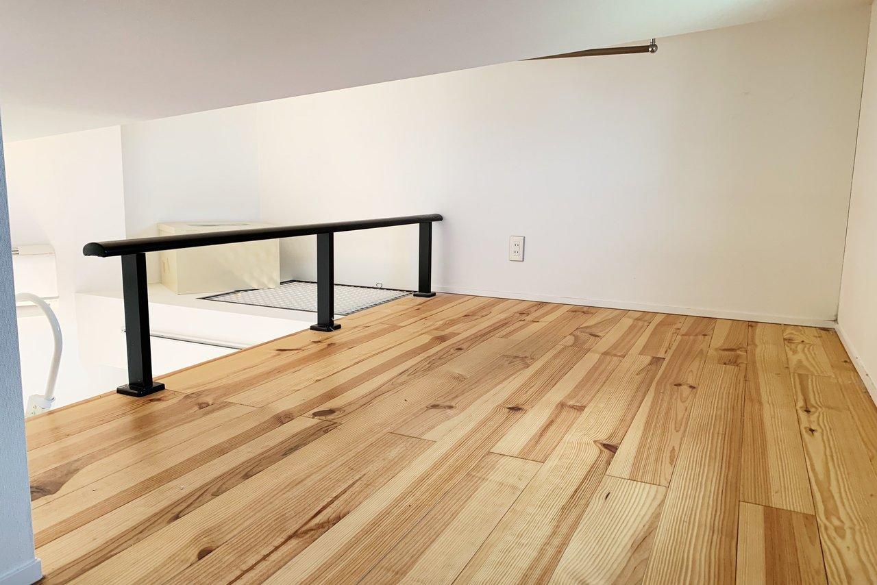 居室スペースだけでなく、ロフトも無垢床をふんだんに使った、あったかいイメージのおしゃれなお部屋です。