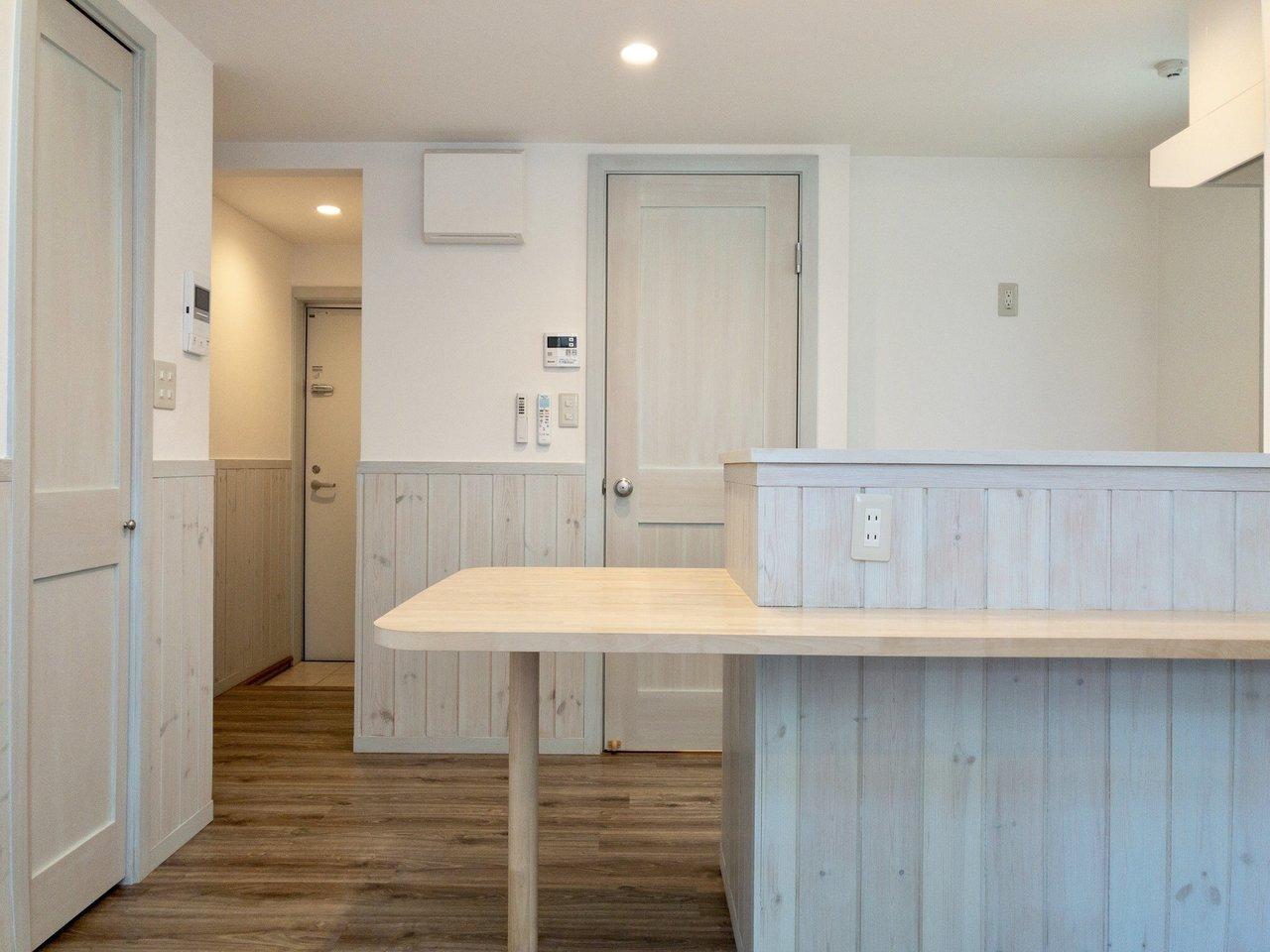 キッチンまわりにはカウンターが。友達が来たらここに座ってもらって、小料理屋風の飲み会もできるかも。木目の板もかわいい!