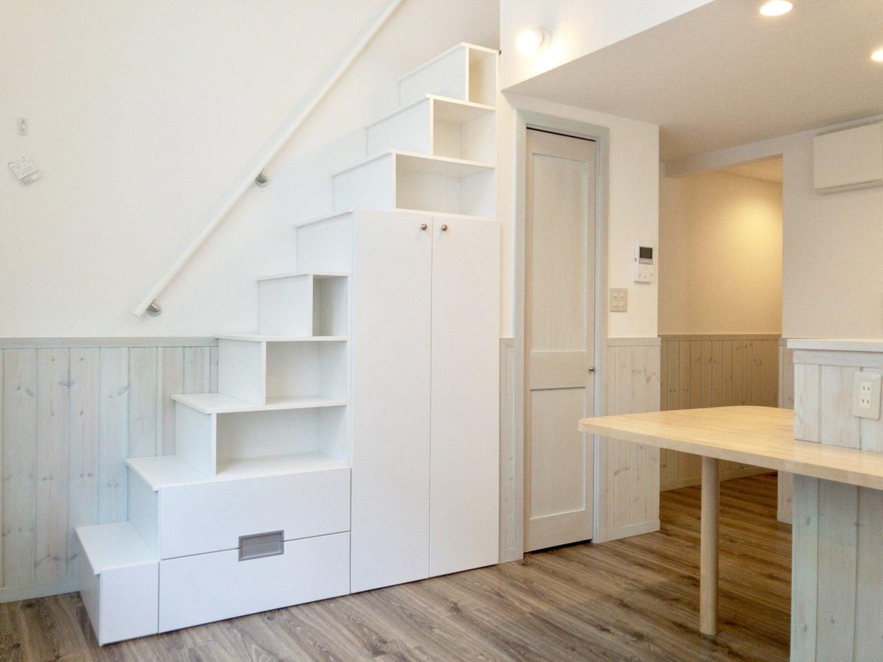 ロフトの階段って、はしごが定番じゃないの?を覆してくれるようなしっかり幅が確保された階段があるロフト部屋です。