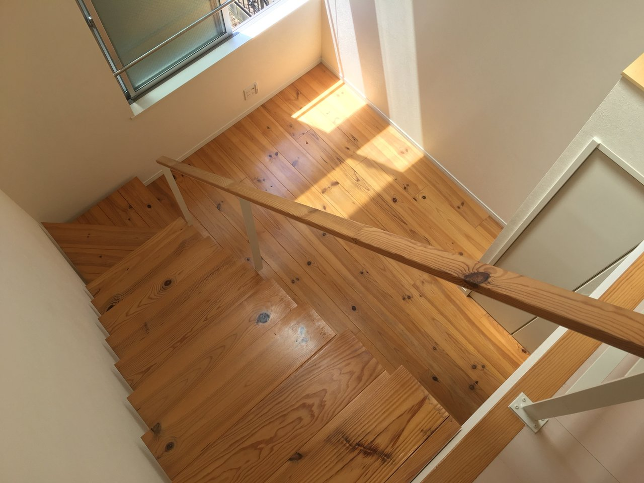 階段はしっかり目。あたたかい印象の木目のテイストがうれしい。背伸びしながらロフトから降りてきたくなっちゃう。