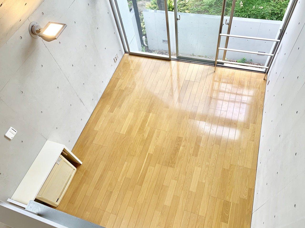 見下ろすとこんな感じ。ダイニングテーブルを緑いっぱいの窓のそばに置こうか、ソファを置こうか……。想像は広がります。