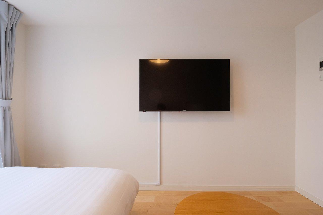 ベッド、ベンチの正面には壁かけテレビ。映画を楽しむのも良さそうです。