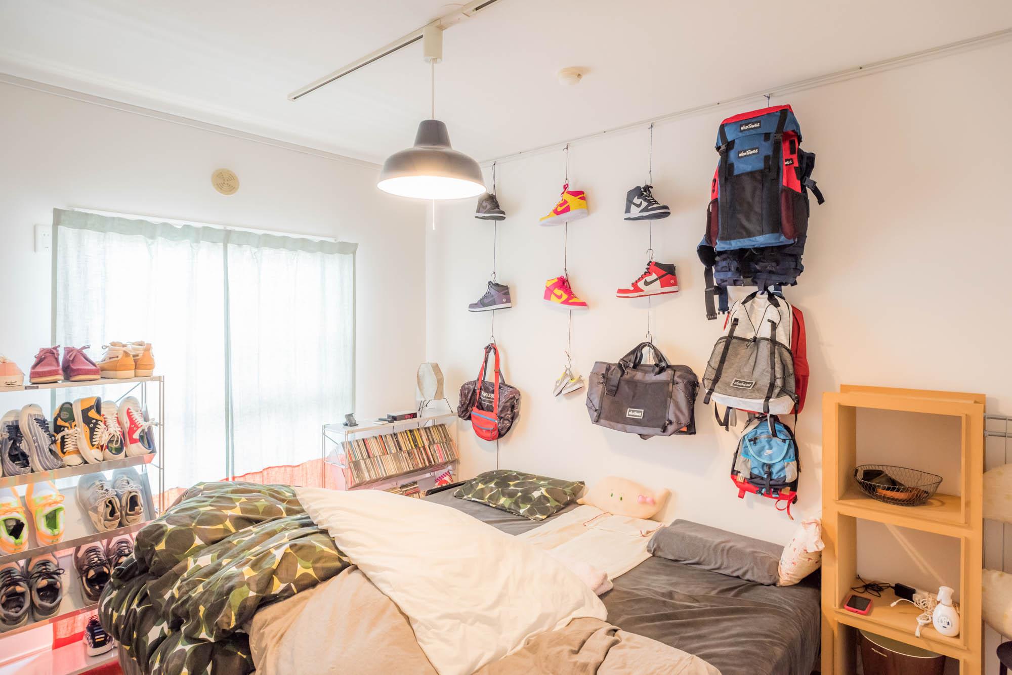 鞄デザイナーさんのたくさんのスニーカーやバッグのコレクション。思い切って寝室の壁に飾りました。利用しているのは元々ついていたピクチャーレール。こんな使い方もあるんですね。(このお部屋はこちら)