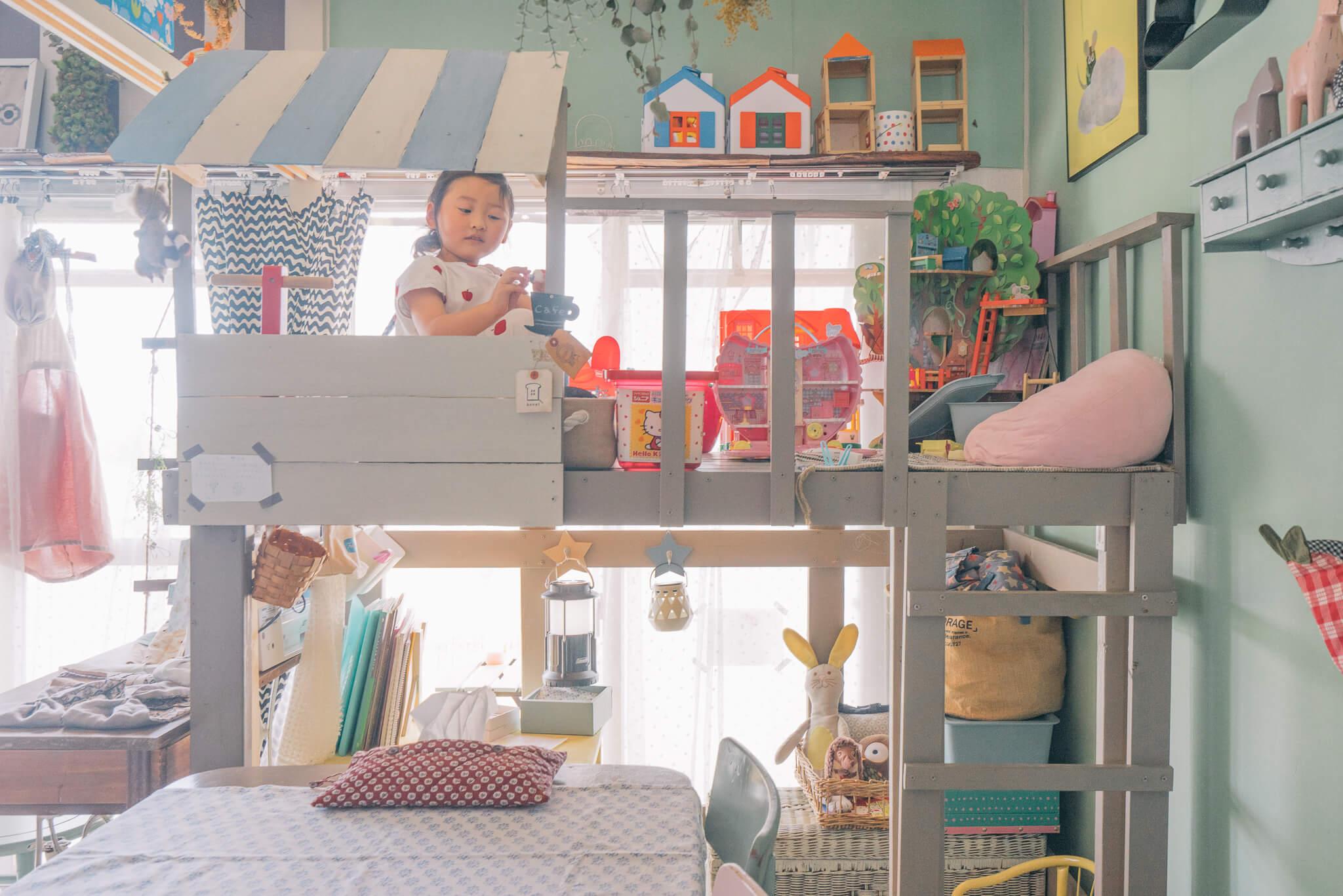 「下」を活用するのもアリですが、「上」もまたアリ。asami  さんのお部屋では、子どもたちが自由に遊べる「基地」としてホームセンターの2×4材でロフトを製作。これなら、おもちゃが出しっぱなしでも気にならない。(このお部屋はこちら)