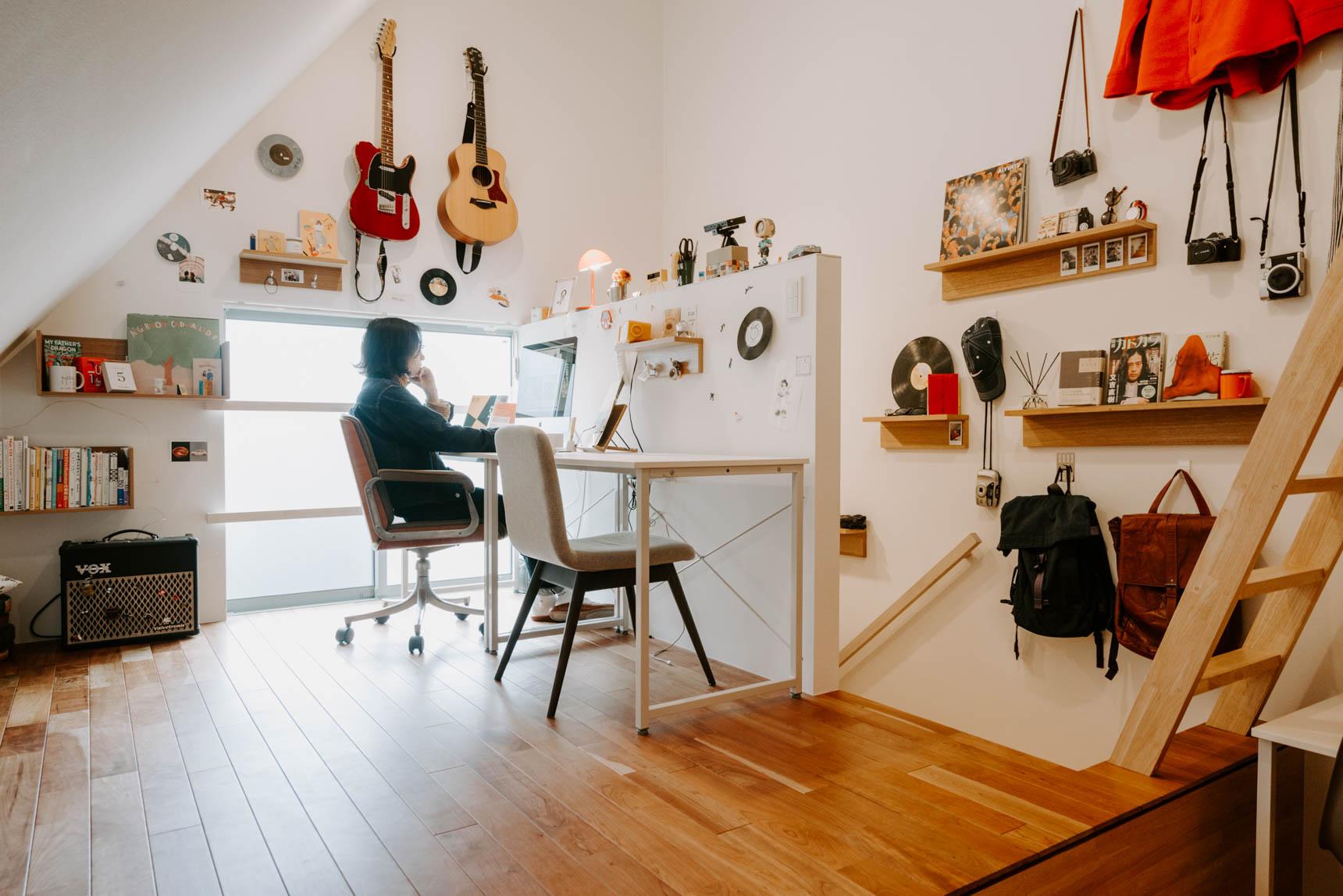 新井リオさんのお部屋では、賃貸でも取り付け可能な「壁美人」の棚やフックを活用して、部屋の壁じゅうに飾りたいものに合わせた収納をつくりました。(このお部屋はこちら)