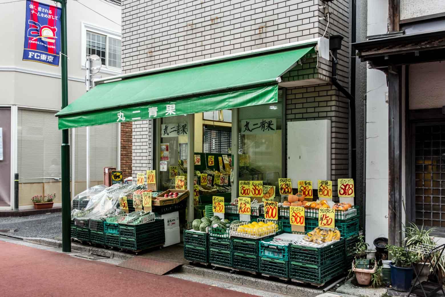 もうひとつ青果店を発見。ちなみに、西東京市は面積の約10%が田畑と、農業が非常に盛んな地域。そのおかげで、地場産の野菜を安く買い求めることができます。