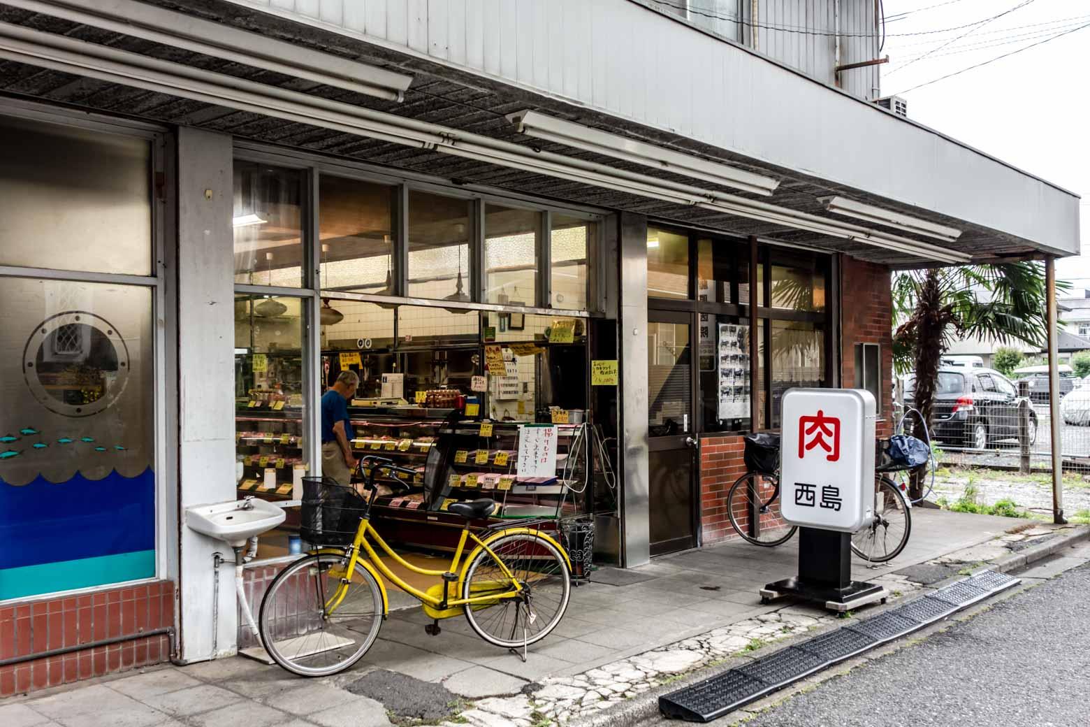 そんなとき、非常にいい感じの精肉店を発見。ここでなにか買って、食べ歩きでもしようかな……。