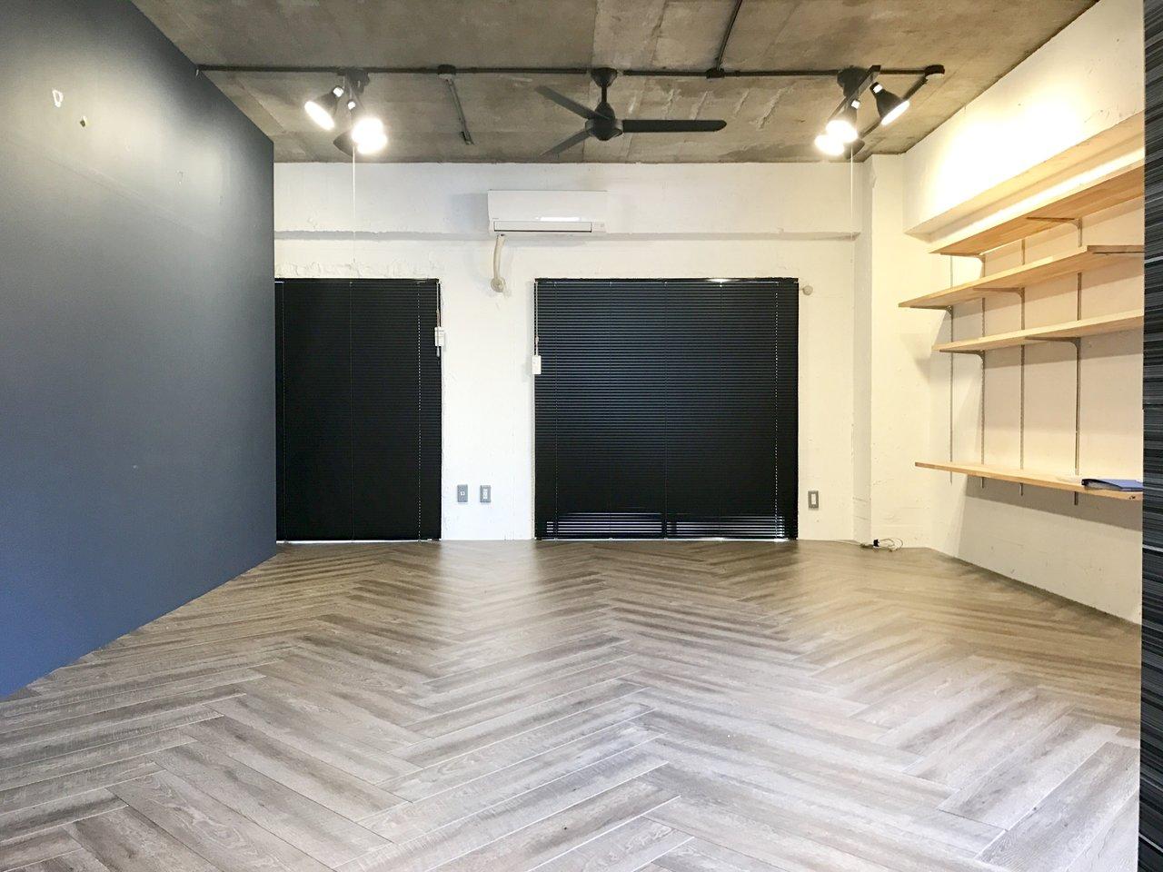 70㎡超えの贅沢な1LDK。天井も高く、どことなくガレージ感のある開放的な部屋です。