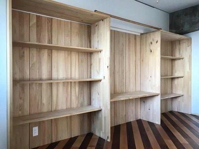 洋室には壁一面の棚があります。書斎として使っても良さそうだ。