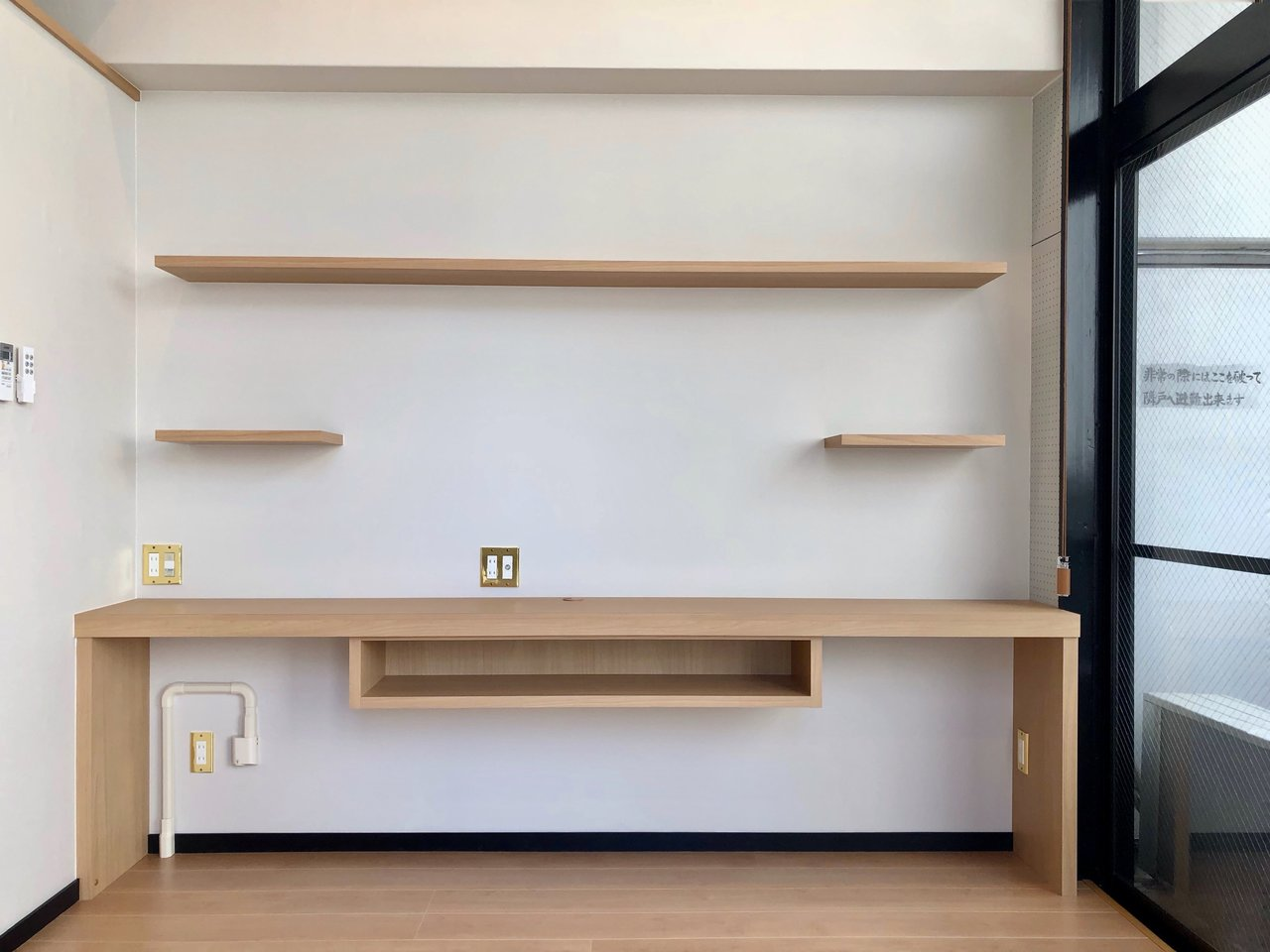こちらの壁。こういう、ながーいテーブルって、何にでも使えてすごく重宝します。上に棚がついているのもいい。