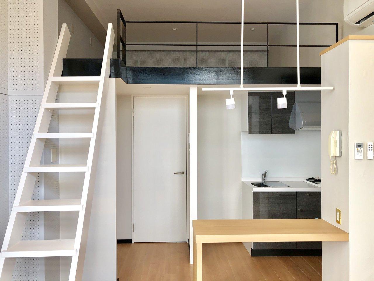 キッチン前にはカウンターテーブル。ロフトは布団を敷いて寝室に使って、家具を買う必要がほとんどなさそうな部屋です。
