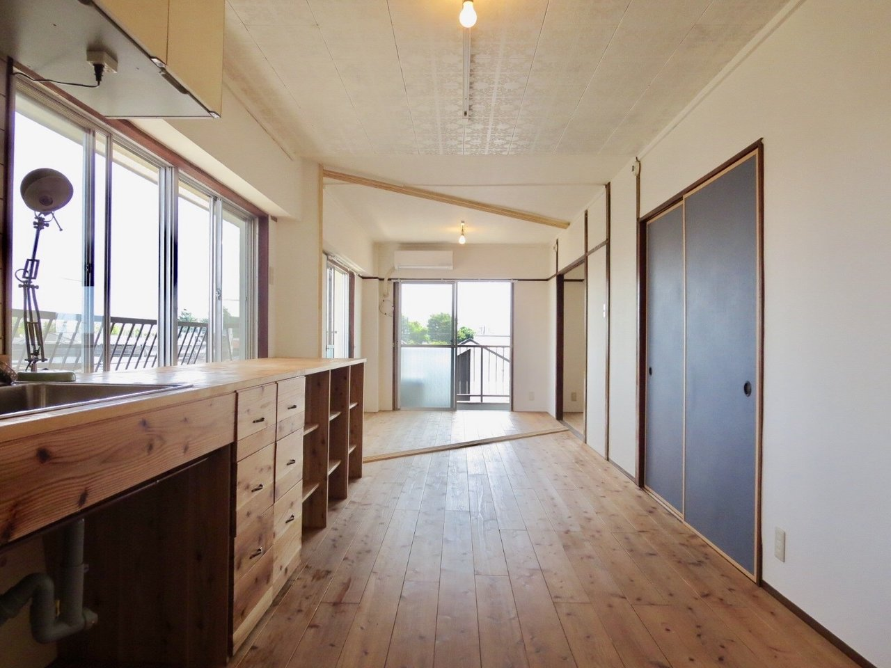 木の魅力を堪能できるお部屋。造作のキッチンが本当にツボです。住んでみたいなあ