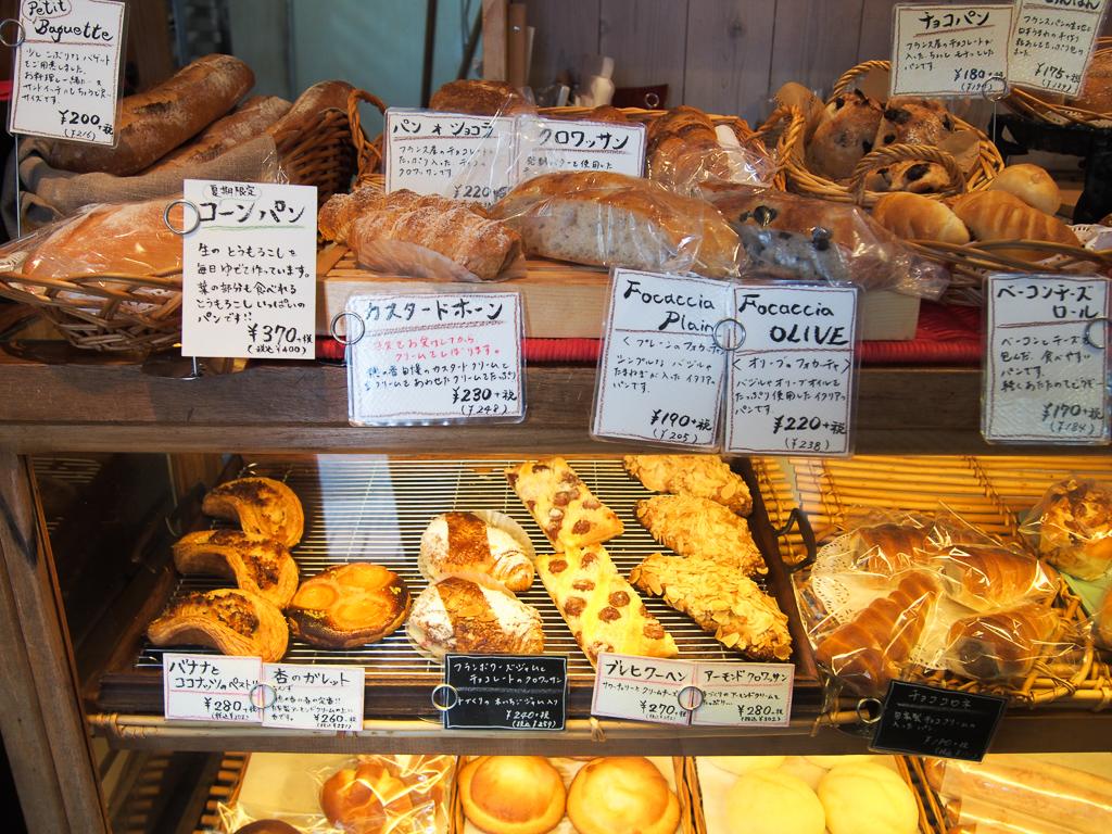 小さな店内にパンの香りがいっぱいに立ち込めます。パン屋「穂の香」