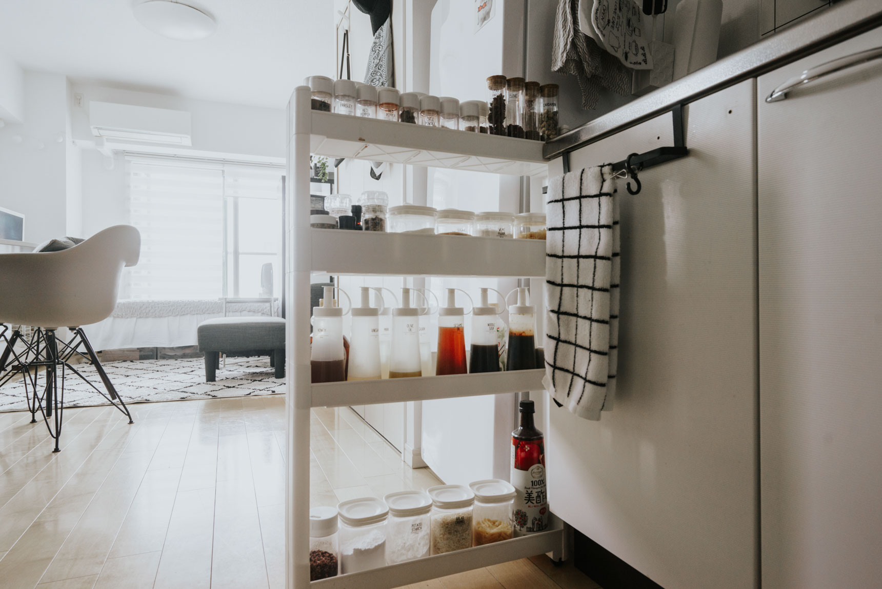ニトリの「スマートワゴン」は幅が10.5cmから選べ、シンプルなホワイトなのでインテリアの邪魔をせずキッチンの収納力を大幅に増やせます。エスニック料理が好きな4ka*さんの部屋では、たくさんの調味料を収納するのに活用(このお部屋はこちら)