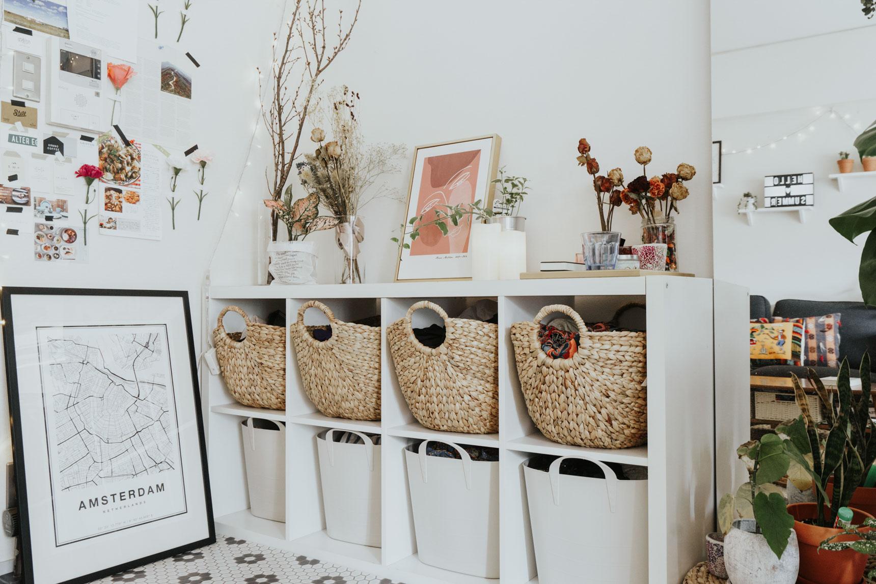 IKEAのシェルフユニットにシンデレラフィットする、ニトリのバスケット(棚の上に入っているもの)。自然素材の質感と、大きな丸い取手がおしゃれです。(このお部屋はこちら)