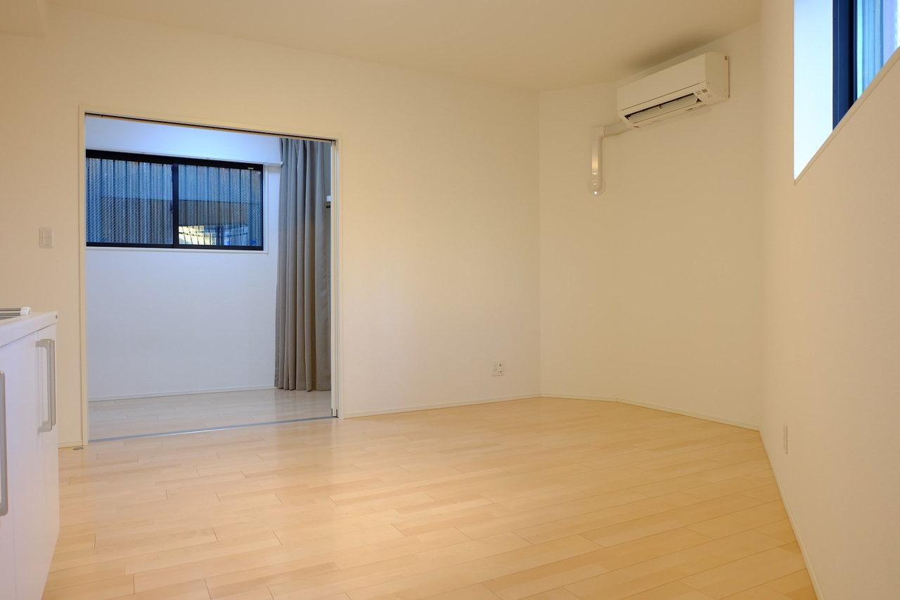 リビング内にソファもダイニングテーブルも置けちゃいます。壁沿いにぴったり合う家具を探してみたくなりますね。