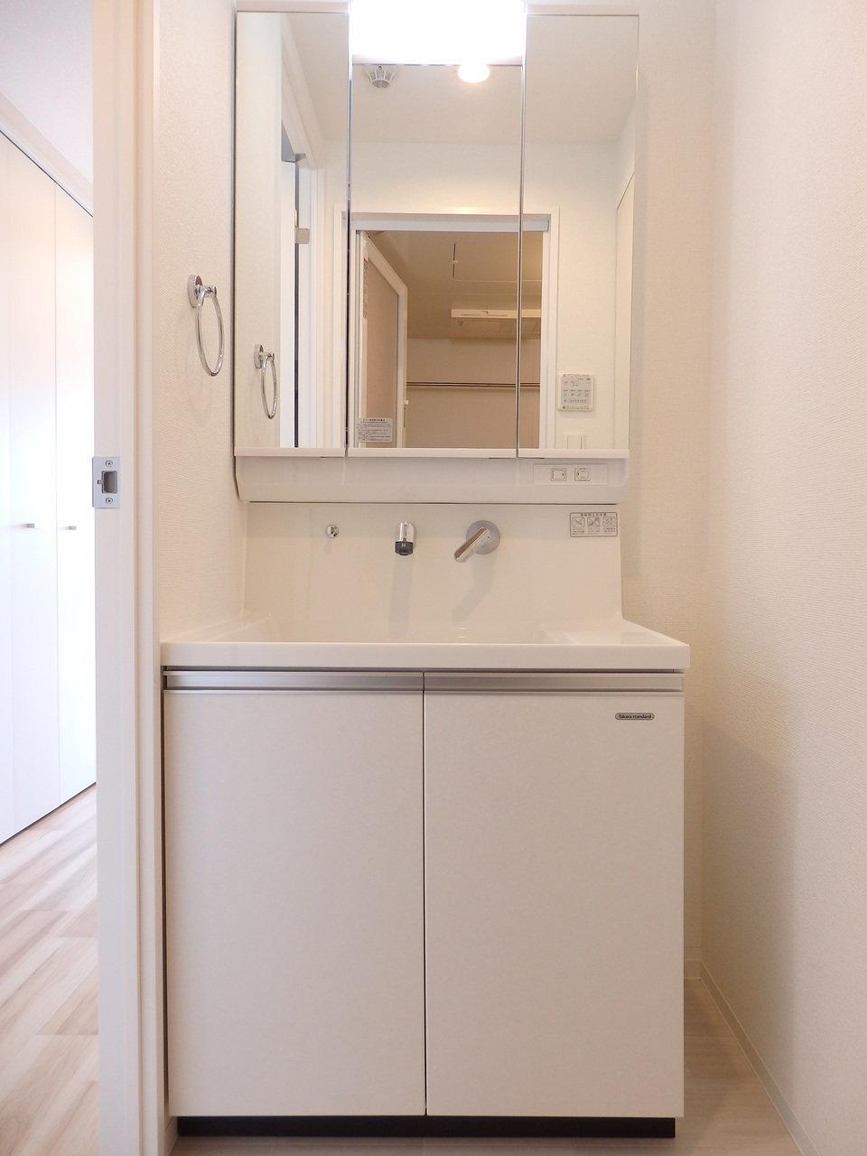 独立洗面台もスタイリッシュで清潔感がありますね。収納スペースも豊富なので、化粧品やドライヤー、日用品のストックなどなんでも入れられちゃいます!