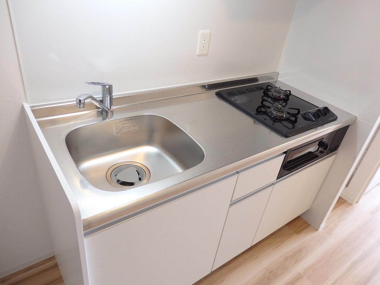 キッチンも、作業スペースもシンクも広々していて、自炊派の方にとってはうれしいポイント。