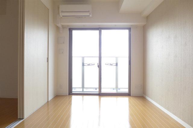 南向きの大きな窓が室内にしっかりと光を注いでくれます。