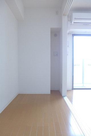 そのLDKの隣には洋室があるのですが、3.3畳で少々コンパクト。オーソドックスに寝室としても良いですが、LDKをワンルームとして使って、こちらは収納スペースや、趣味のお部屋にしてもいいかもしれないですね。