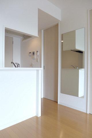 室内に大きな鏡があります。これで毎日欠かさず身だしなみチェックができそうです。