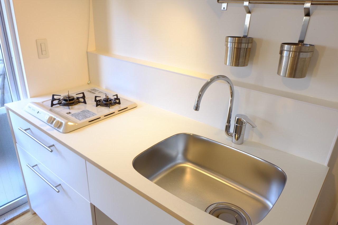 キッチンなどの水回りもリノベーションされています。白キッチンってアルミ製より温かみがあっていいんですよね。お料理している間もテンションがあがりそう。