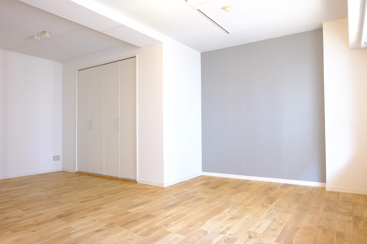アクセントクロスはグレー。こちらも床面の色味と合わせて、落ち着いていて、居心地の良い部屋を演出してくれそうです。