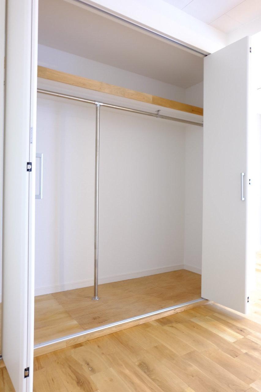 おしゃれなだけではなく、しっかり収納スペースも確保されています。奥行きも横幅も申し分なしのこのクローゼットになんでも入れちゃいましょう。
