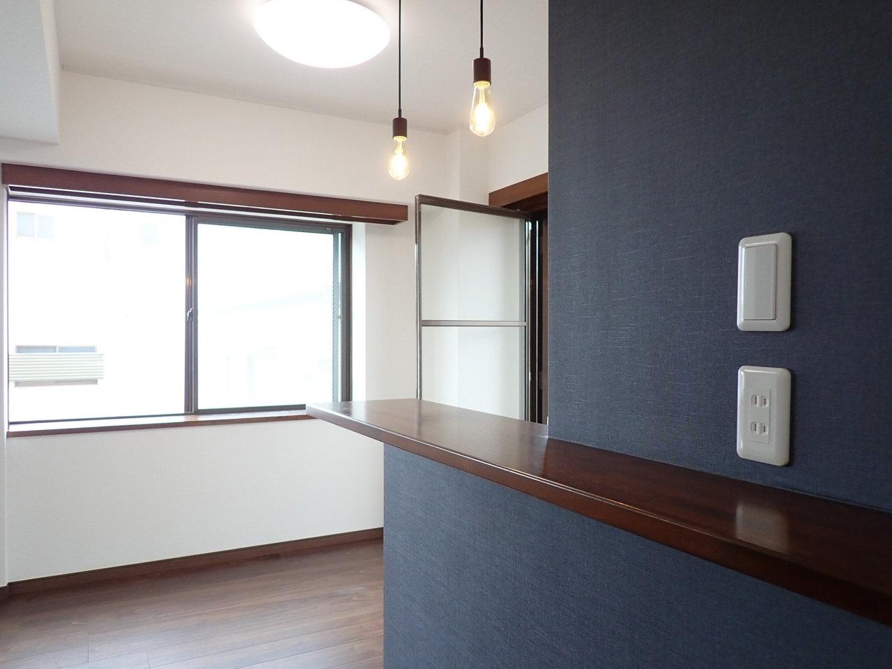 上から吊るされている照明もセンスがいい。なによりキッチン裏側のこの濃いブルーの壁紙。落ち着いた印象の部屋づくりが好きな方にはぴったり。