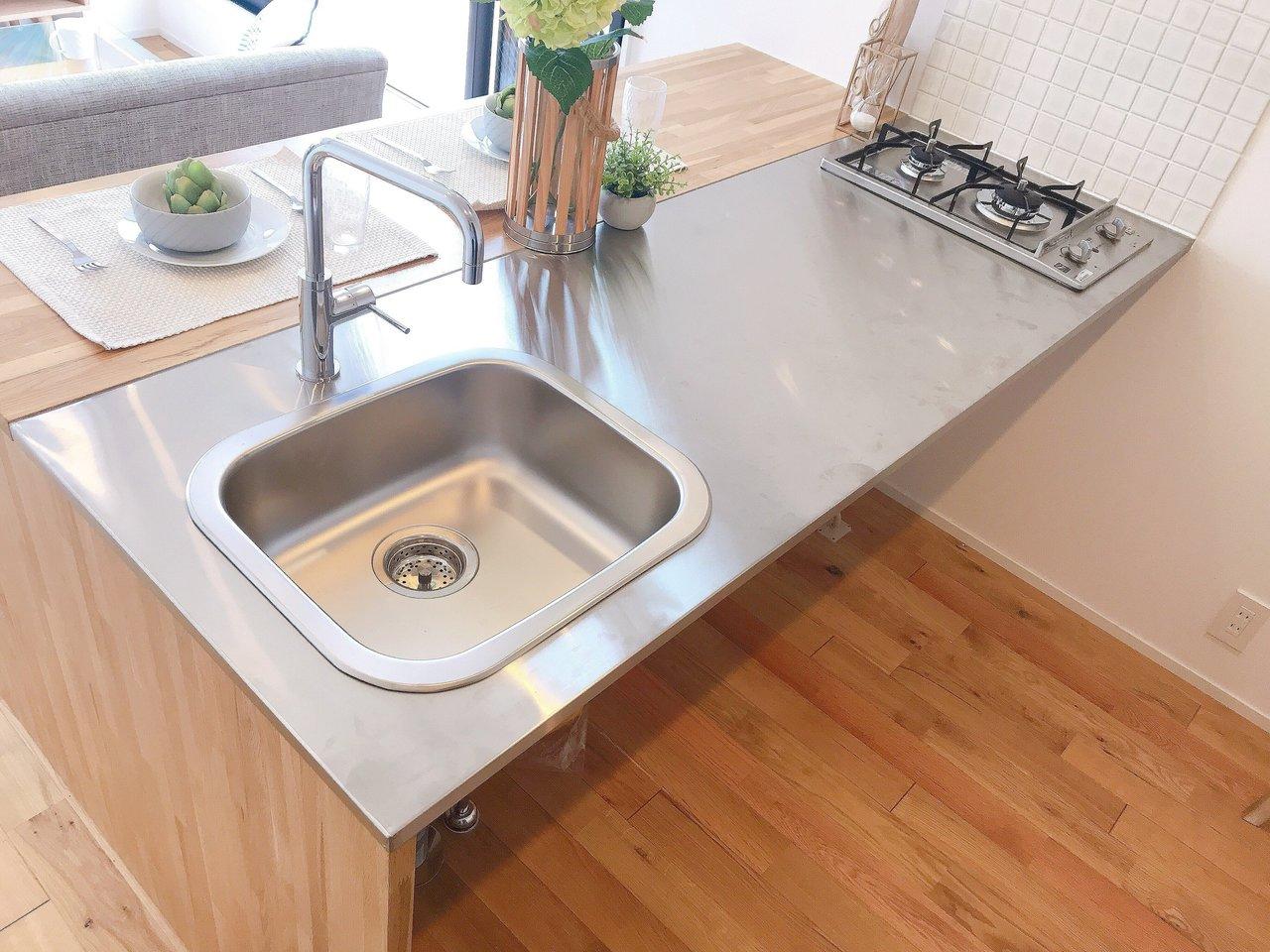 作業スペースもとっても広い!水切りマットを敷いて洗った食器を置いてもいいですね。