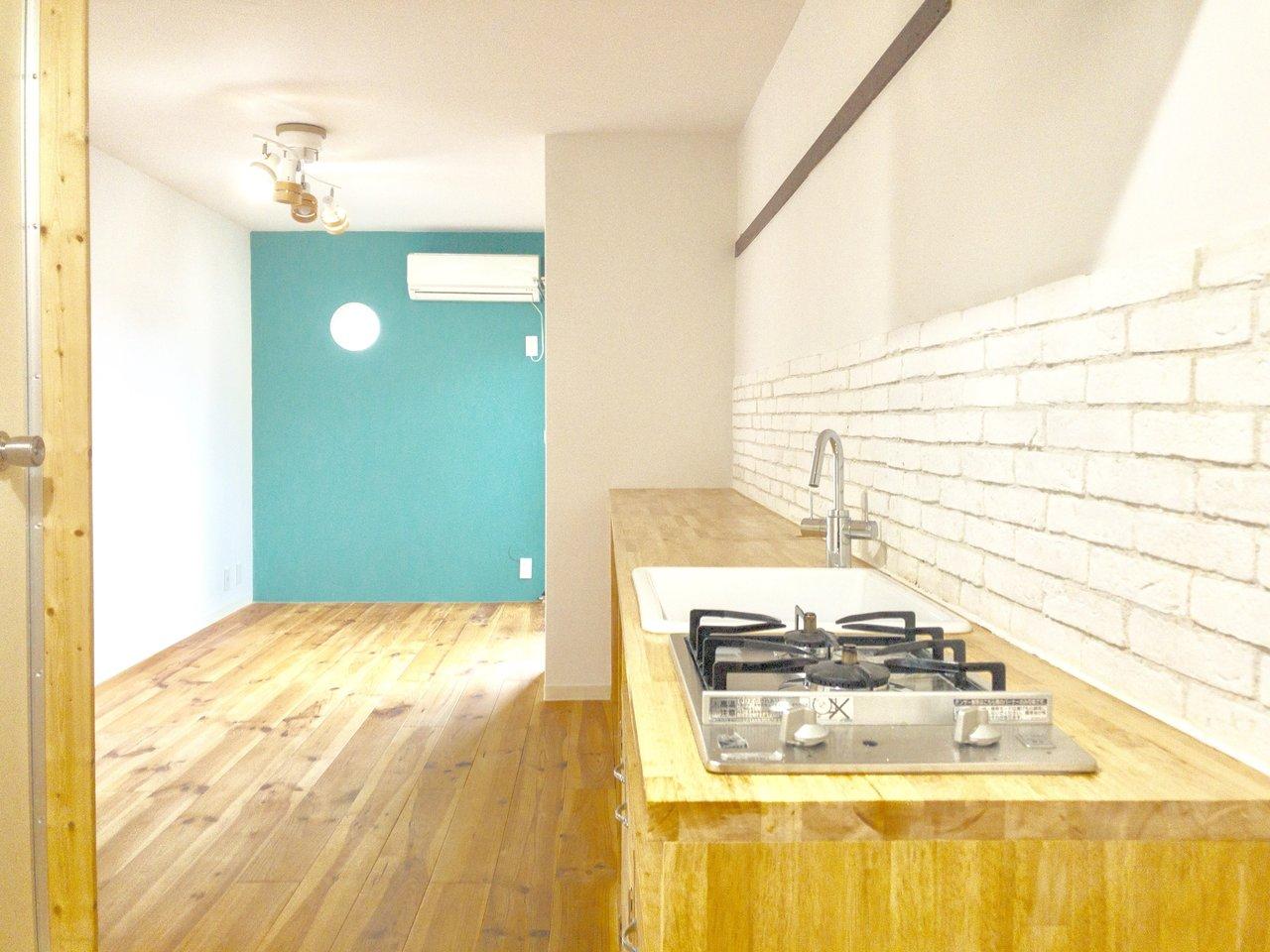3件目はウッドテイストがうれしい、あたたかみのあるキッチン。部屋には鮮やかなグリーンの壁紙も。全体的にとってもおしゃれ!